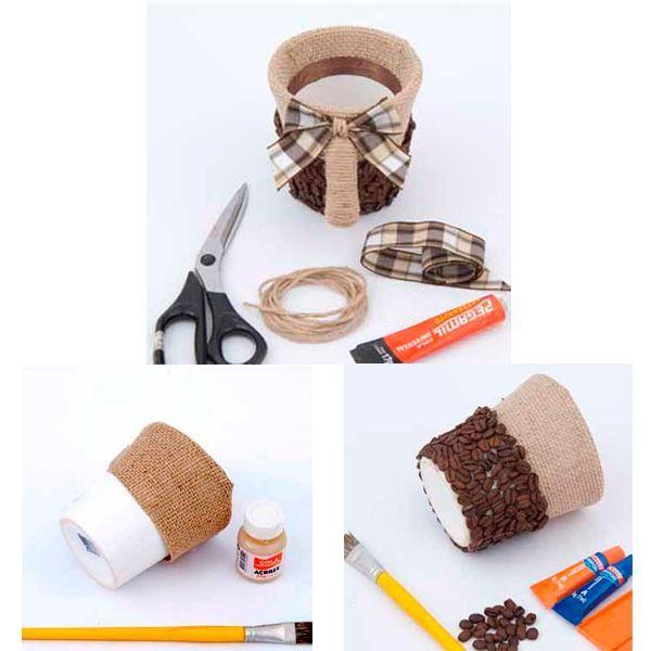 Внешнюю нижнюю часть цветочного горшка оклеиваем зернами кофе. Декорируем ручку кружки бечевкой, дополняем наш горшок бантом из клетчатой ткани.