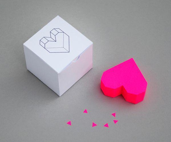 Объемное сердечко из бумаги сделать легко. Его можно подарить вместо валентинки или использовать как элемент декора интерьера.