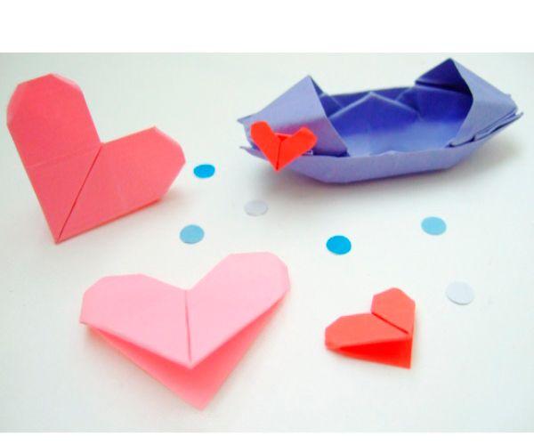 Такие сердечки можно использовать как закладки для книг или элемент открытки. Нам понадобится квадратный лист бумаги розового или красного цветов.