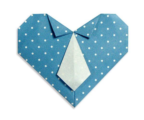 Приготовьте квадратный лист бумаги. Важно, чтобы его стороны были разного цвета. Такое сердечко можно использовать как часть открытки или самостоятельный сувенир.
