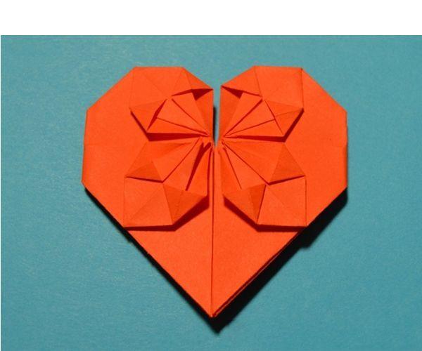 Очень милое и нежное сердечко из бумаги в технике оригами. Изюминка этой поделки в том, что по центру сердечка располагается цветок. Понадобится прямоугольный лист бумаги.