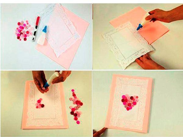 Сгибаем лист картона пополам. Приклеиваем на него бумажную кружевную салфетку. Простым карандашом рисуем сердце. Быстросохнущим клеем приклеиваем пуговицы, формируя сердечко.