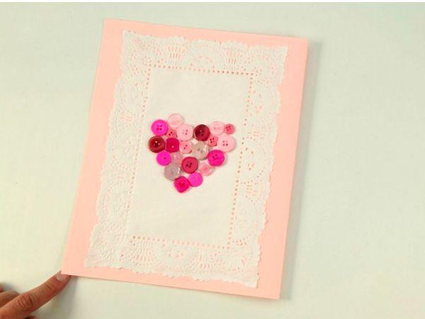 Для такой открытки нам понадобится клей, разноцветные пуговицы, плотная разноцветная бумага (картон), кружевная салфетка, простой карандаш.