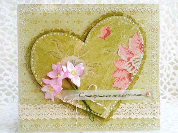 Для создания открытки нам понадобится: белый картон для основы, бумажные цветы, скрап-бумага, шнурок, бусина, кружево вязаное, клей, белые нитки и швейная машина.