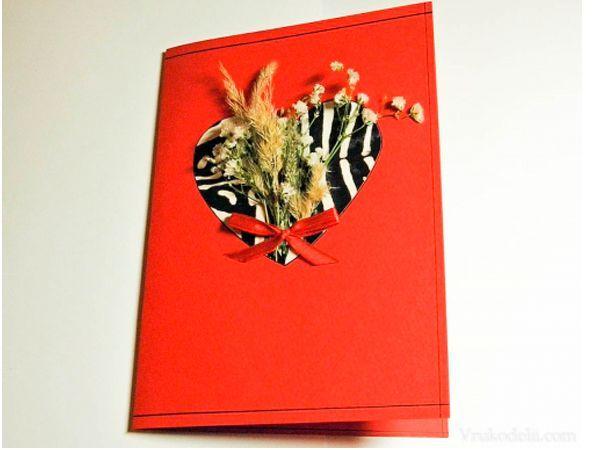 Для такой открытки нам понадобится: красный картон для основы, бумага или картон для сердца, сухоцветы, клей, тесьма и неширокий скотч.