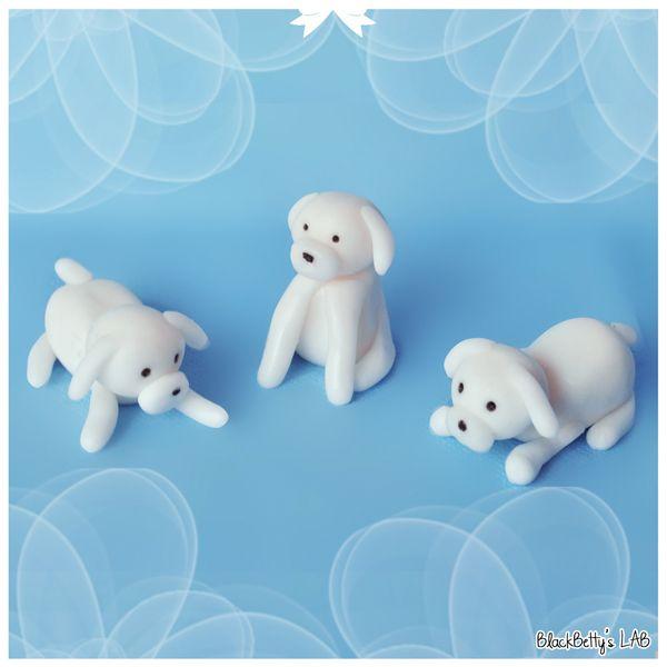 Собачек лучше делать из белой мастики. Храните готовые изделия в пищевой пленке.