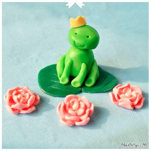 Обратите внимание, что цвет мастики для лягушки и листка должен отличаться.