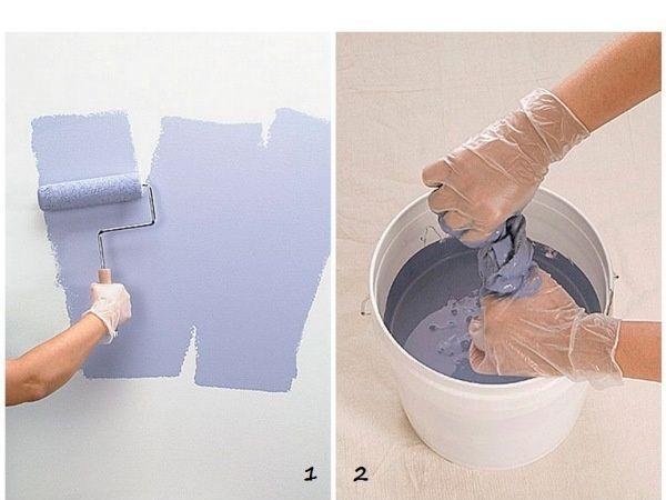 Нанесите на стену слой краски. Подготовьте краску более насыщенного оттенка. Окуните в нее тряпку, хорошо отожмите.