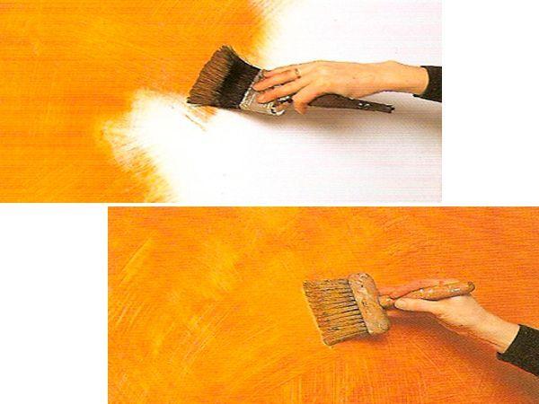 Красим  небольшой участок стены (1 – 2 кв.м.) в яркий, насыщенный цвет. Сразу не давая высохнуть свежевыкрашенному слою, начинаем наносить широкой сухой кистью мазки в разных направлениях.