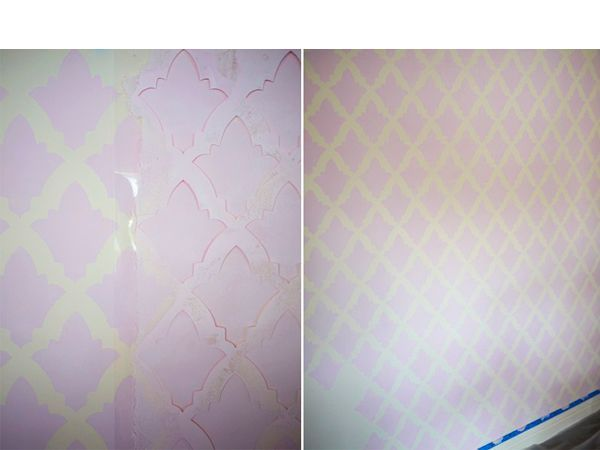 После того, как вы нарисовали рисунок первый раз по трафарету,  не спешите его снимать и перемещать. Убедитесь, что краска подсохла, чтоб не испачкать стену.  Совмещайте повторяющийся рисунок.
