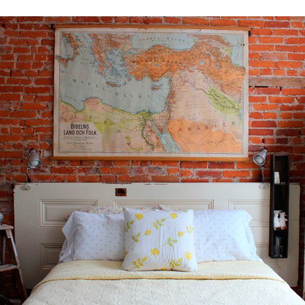 Винтажная дверь может стать прекрасным и необычным изголовьем для кровати.