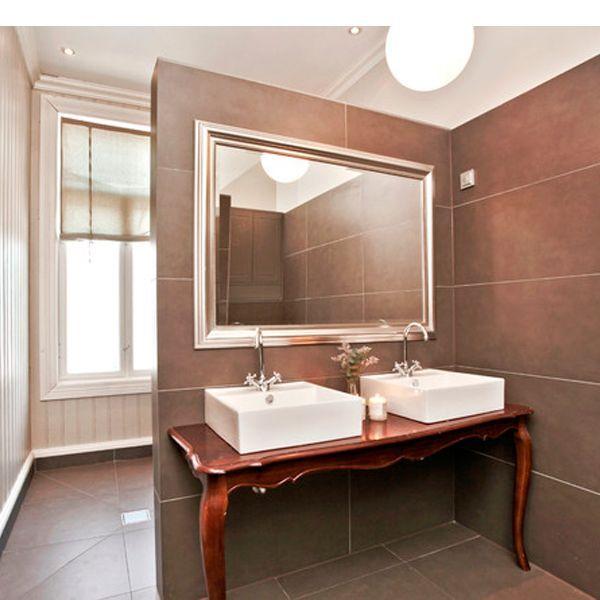 Надоевший стол можно распилить пополам и получить необычную подставку под раковину в ванную комнату.