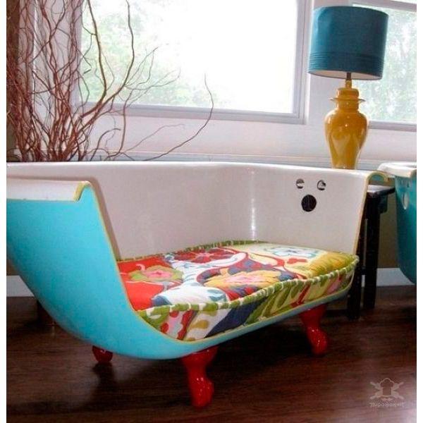 Не спешите выбрасывать старую ванную! Из нее получится очень креативная и удобная тахта.
