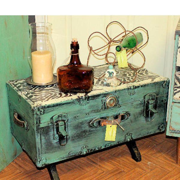 Оригинальный журнальный столик получился из старого чемодана. Очень функциональная вещь, ведь в чемодан можно сложить вещи, необходимые в хозяйстве.