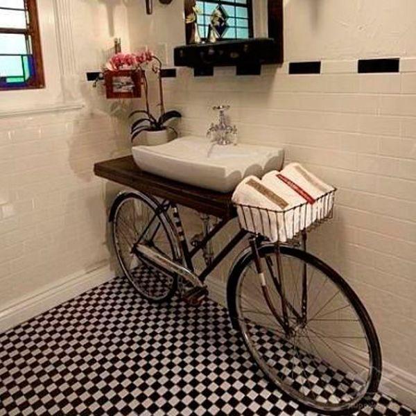 Старому велосипеду тоже можно найти место в интерьере. Удивительно, но он гармонично смотрится даже в ванной комнате!