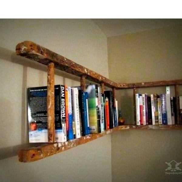 Книжную полку можно сделать из обычной лестницы. По желанию можно ее покрасить.