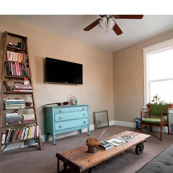 Старую стремянку можно превратить в стильную этажерку для книг.