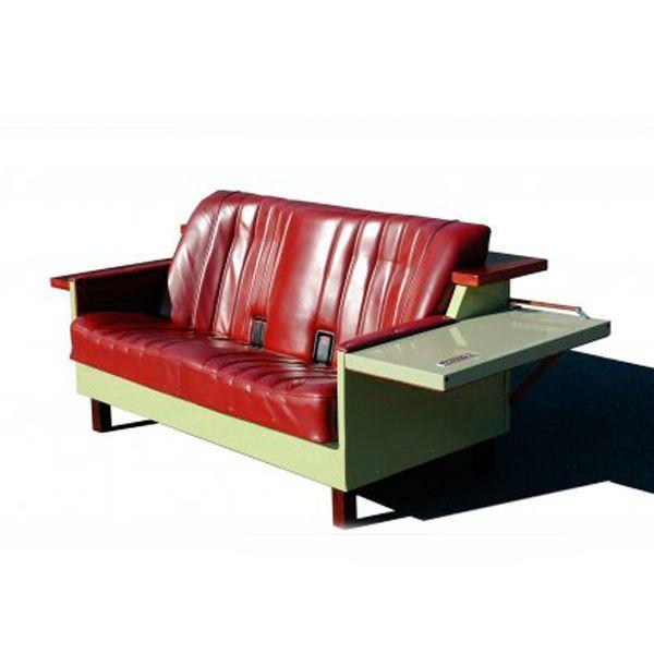 Догадываетесь, из чего сделан этот стильный диванчик? Правильно, из старого сиденья автомобиля и холодильника нашего детства!
