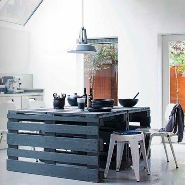 Европоддоны часто применяют для создания мебели. Это фото - яркий тому пример. Стол из паллет смотрится очень стильно.