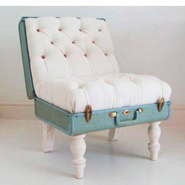 Из чемодана можно сделать также удобный стульчик!