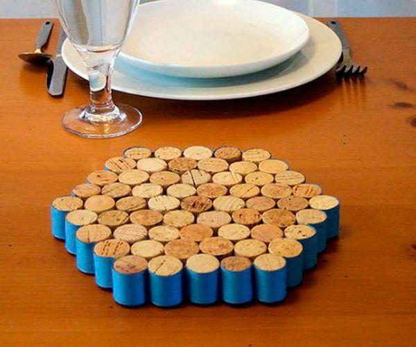 Для изготовления такой подставки под горячее нам нужны: горячий клей, картон, нож, лента, и пробки, конечно же.