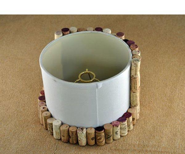 Можно декорировать обклеенный абажур лентой, ракушками, бусинами или другими элементами декора.