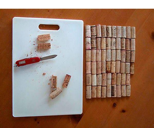 Каждую винную пробку режем ножом вдоль пополам. Если срезы очень неаккуратные – зашкурим их наждачной бумагой.