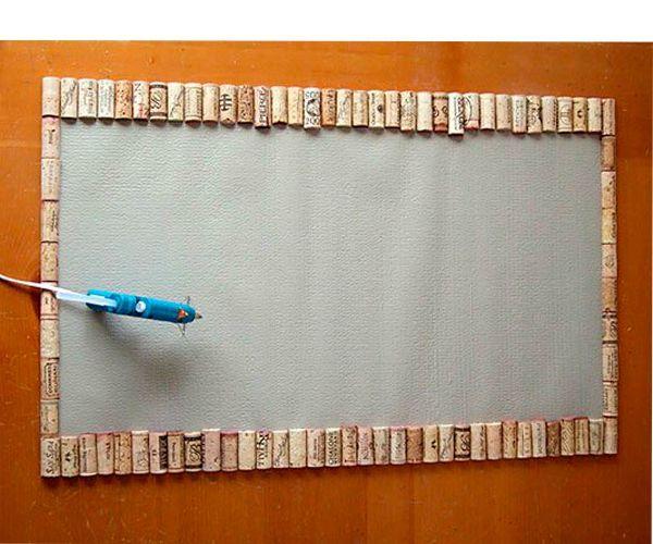 Отрезаем основу нашего будущего коврика по размеру или берем старый резиновый коврик. Половинки пробок плоскими сторонами вниз надо уложить на основу и приклеить.