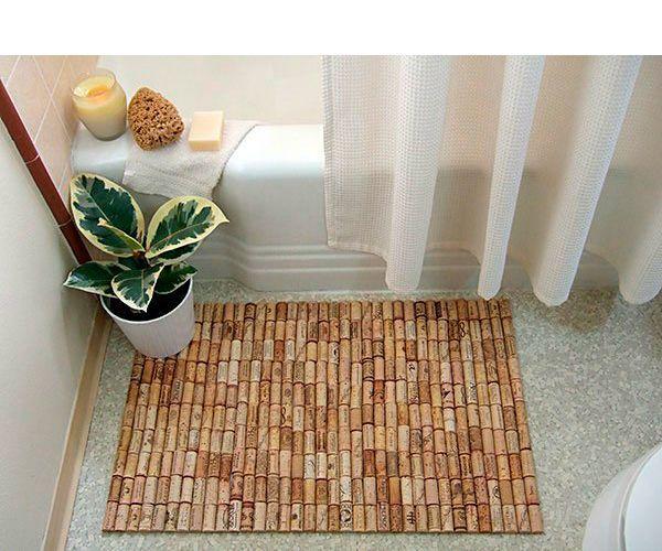 Для изготовления коврика для ванной нам надо: 150-200 винных пробок, резиновый коврик, горячий клей, острый нож, разделочная доска, наждачная бумага.