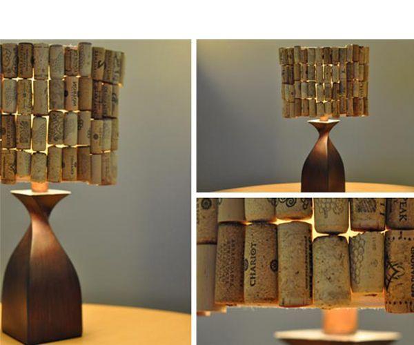 Превратить простой светильник в необычный и стильный элемент интерьера можно с помощью пробок от винных бутылок.