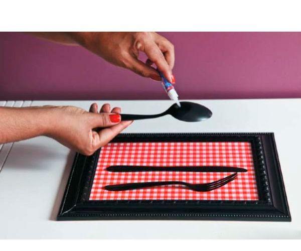 Быстросохнущим клеем приклейте столовые приборы к основе. Можно украсить декоративными элементами.