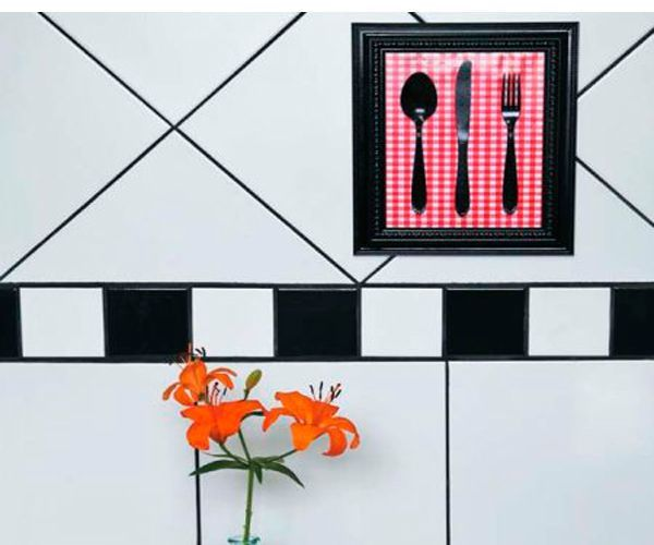 Креативное панно для кухни сделать просто. Понадобится рамка для фотографий, ткань, картон, клей, краска, нож, вилка, ложка. Такое панно можно повесить на стене, смотрится оно очень красиво!