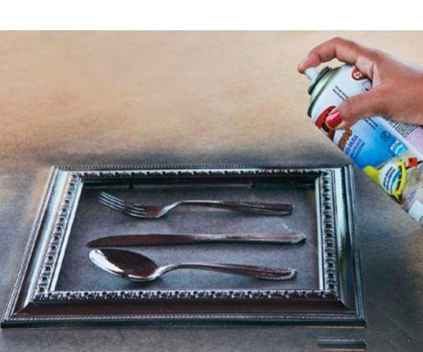 Покрасьте краской из баллончика рамку и столовые приборы в черный цвет.