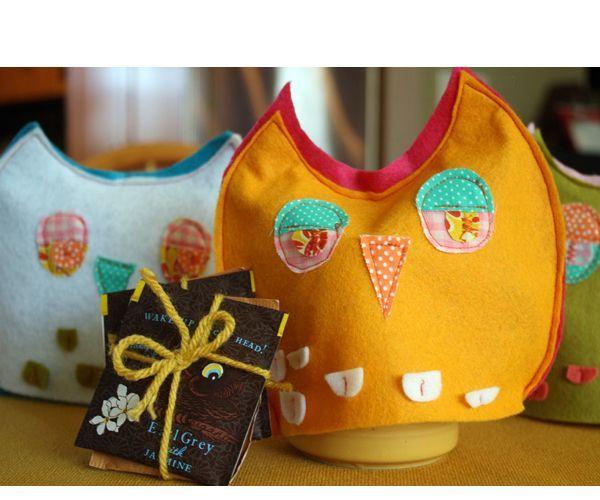 Грелка для чашки - это не только красиво, но и удобно. Для пошива такой совы вам понадобится любая ткань, синтепон, ножницы, нитки, иголка, бумага для выкройки, булавки.