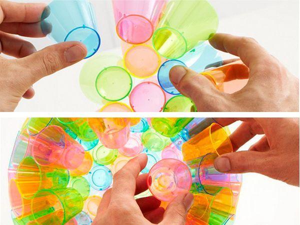 Чем большего размера вам требуется шар, тем ближе к широкому краю стакана нужно наносить клей. Сортируйте цвета так, чтобы одинаковые стаканчики не находились друг возле друга.