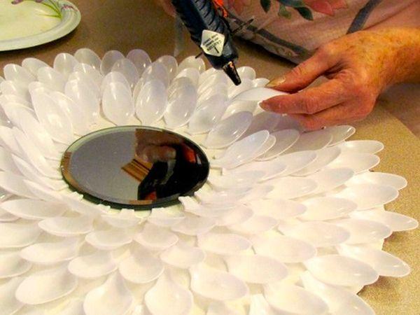 Из картона вырежем круг диаметром 40 см. В центр круга приклеим зеркало. От ложек обрежем ручки и начнем их приклеивать от края круга на некотором расстоянии, чтобы ложки следующего ряда удобно размещались между ними.