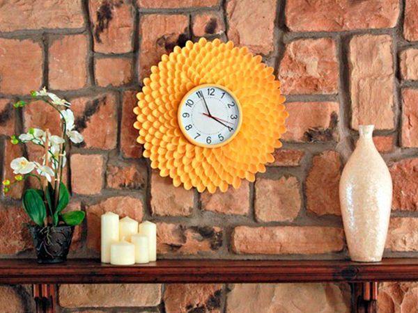 Мало кто догадается, что эти яркие позитивные часы в виде хризантемы сделаны из обычных одноразовых пластиковых ложек. Для работы нам понадобятся:  часы,  пластиковые ложки (примерно 250 шт),  ножницы,  горячий клей-пистолет,  пенополистирол,  аэрозольная краска в баллончике.