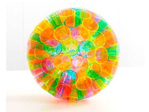 Из такого шара можно сделать привлекательный декор для детской спальни или украсить комнату для детского праздника.  Если вставить в него патрон с лампой-это будет шикарная люстра.