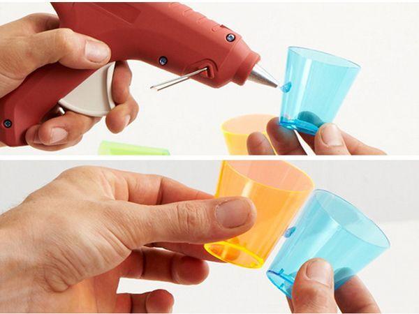 Процесс очень простой. Берём стаканчик, наносим каплю клея, прижимаем к нему второй стаканчик. И так далее. В силу того, что стаканчики конусной формы, при склеивании они постепенно будут образовывать шар.