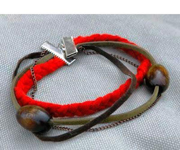 Этот милый браслет содержит массу элементов: и плетеную косу, и камни, и даже цепи. Вам понадобится: кожаный шнур, трикотажная ткань или ленты, тонкая цепь, бусины, застежки.