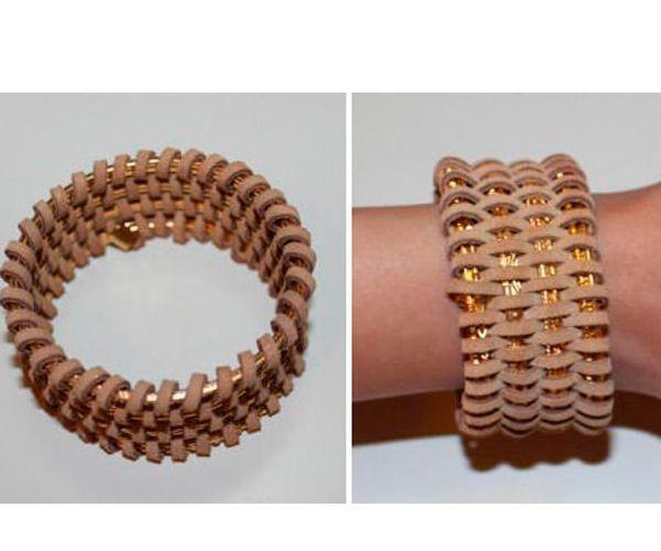 Чтобы сделать такой стильный широкий кожаный браслет, вам понадобится 4 тонких металлических браслета, длинный кожаный шнур, специальные зажимы для бижутерии.