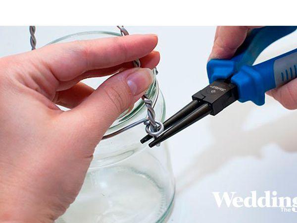 Вокруг банки сделайте кольцо из проволоки с двумя ушками для ручки. В ушки вставьте ручку и загните её концы.