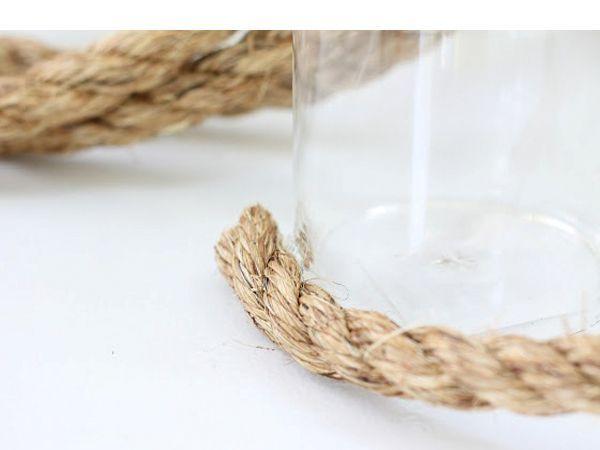 Горячим клеем закрепите край каната внизу стакана или банки. Начните обматывать ряд за рядом.