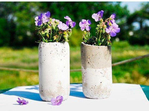 Для создания такой вазочки вам понадобится: бетонная смесь, пластиковые бутылки двух размеров, ножницы и плоскогубцы.