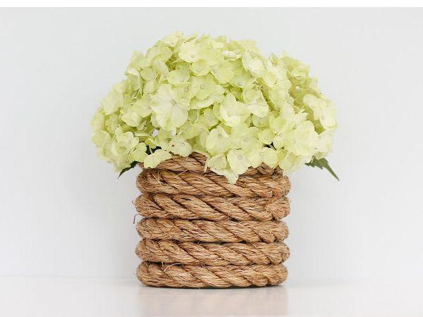 Вазочку для цветов с короткими стеблями можно сделать из стакана. Для вазы побольше пригодится банка.