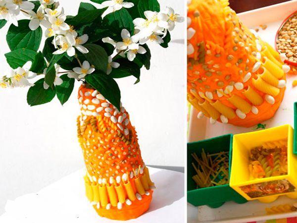 Такую вазу можете сделать вместе с ребенком. Вам понадобится: бутылка или банка, пластилин, крупы и макаронные изделия.