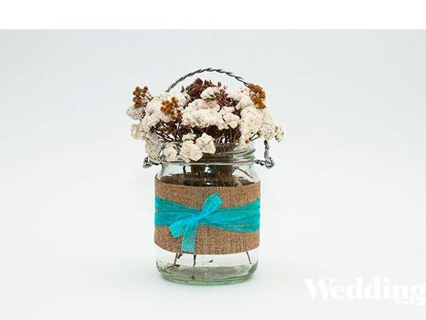 Для изготовления вазочки нам понадобится: ножницы, стеклянная банка, проволока, кусачки, круглогубцы, мешковина, цветная капроновая лента.