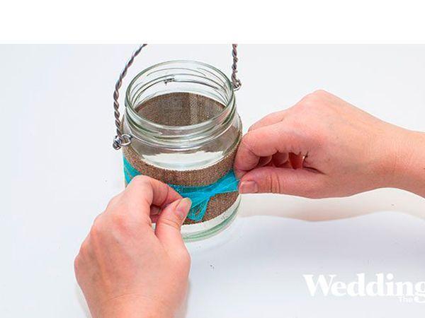 Декорируйте вазочку лентой, завязав на вазе бант.