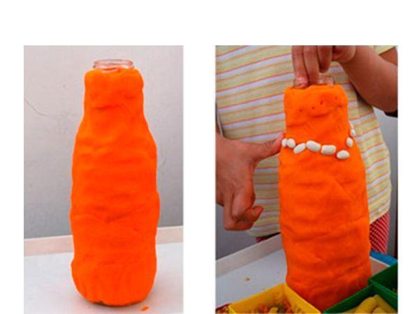 Облепите поверхность банки пластилином, вдавливайте крупы и макароны создавая орнамент. Ваза готова!