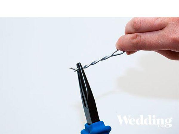 Скрутите два куска проволоки между собой, таким образом сделав ручку для вазы.